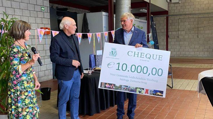 Frouwke de Boer en Joost Heuvelink overhandigen de cheque